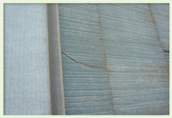 スレート屋根材にひび、割れ、欠けが発生