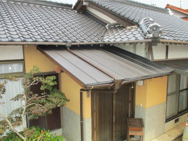 屋根材を設置して庇取り替え工事完工