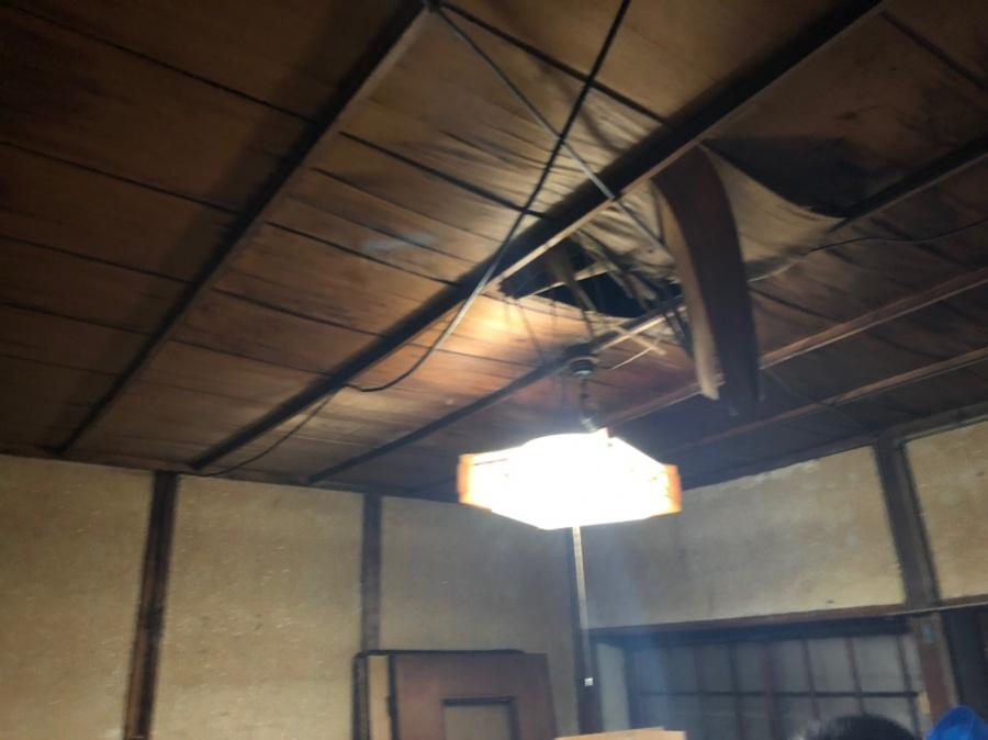 雨漏れで天井がめくれた