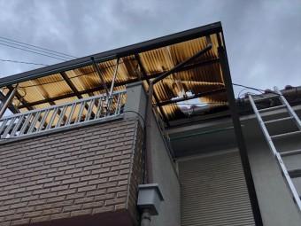 台風21号の被害で波板が割れている様子