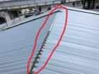 カバー工法で倉庫の屋根工事中