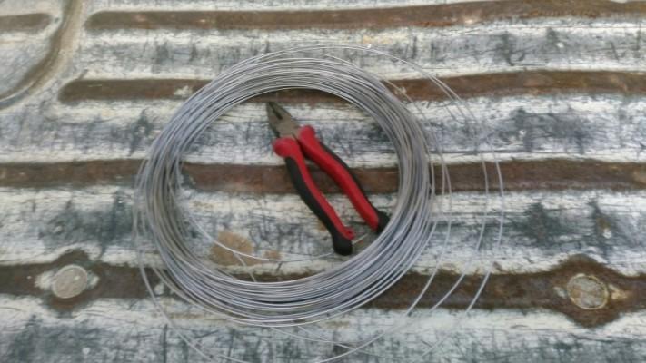 八尾市で雨樋を針金で固定する
