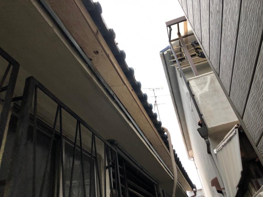 八尾市で屋根の下の壁が落ちたので板金で補修工事しました。