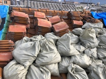 八尾市での瓦解体工事の写真