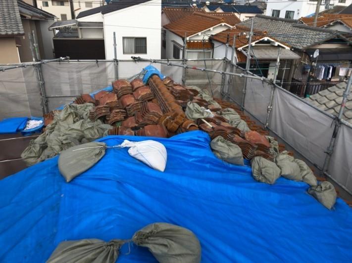 八尾市・屋根解体工事の様子。処分する瓦の枚数が多く土も多いので大量のゴミが出た写真
