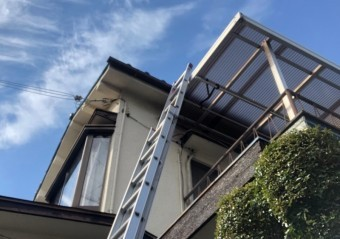はしごで屋根にあがる