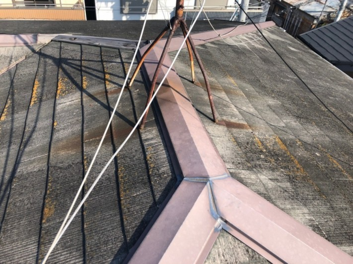 屋根にサビがうつっている