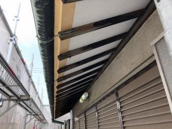 屋根の下を塗装