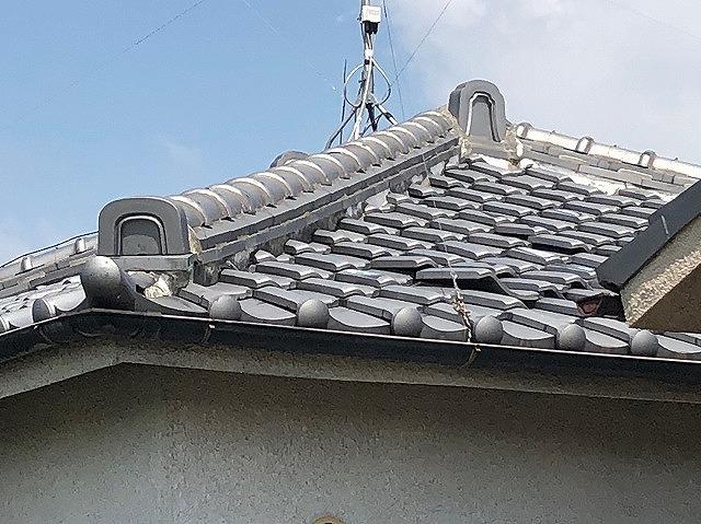 屋根瓦が浮いている