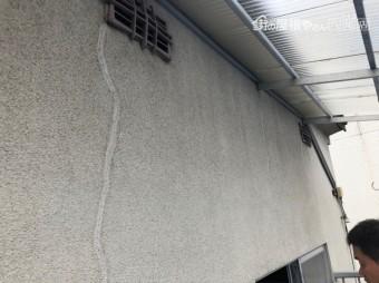 ベランダの壁にクラック