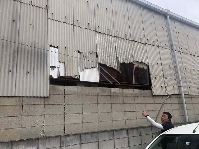 壁のスレート落下