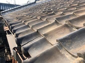 大屋根の瓦にヒビ