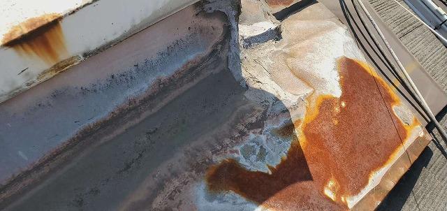 板金に錆びと補修の跡