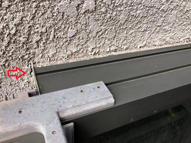 窓の横にヒビ