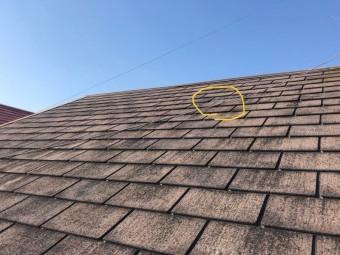 スレート屋根がかけている