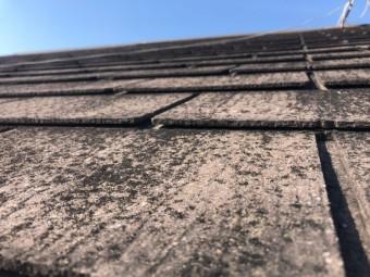 屋根材が反り返っている