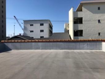 陸屋根の向こう側の瓦