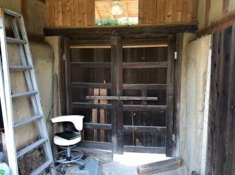 木製門扉の裏側