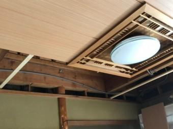 天井貼り替え中