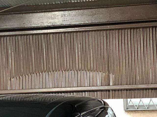 駐車場のトタン壁