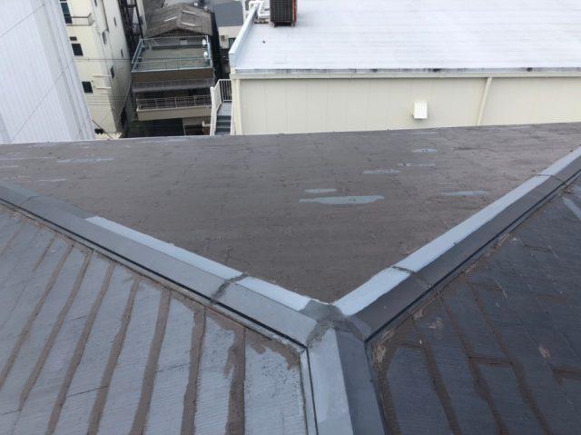部分塗装された屋根