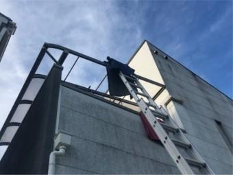 はしごで屋根工事