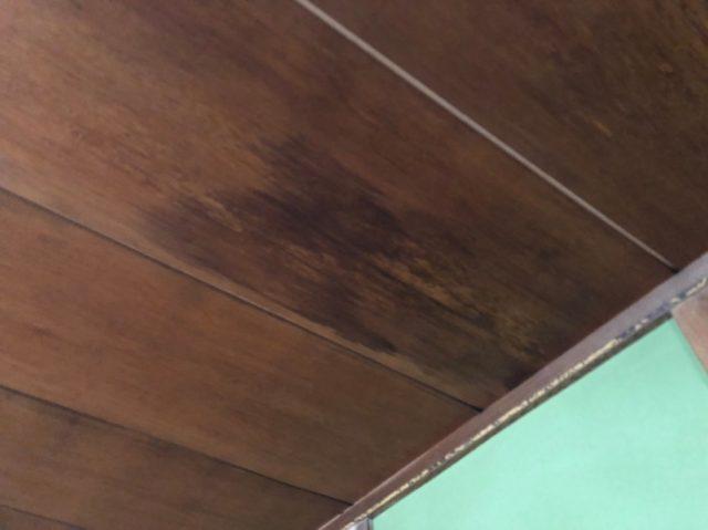 天井に雨漏りのしみ