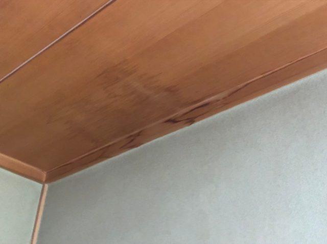 天井に雨漏りのあと