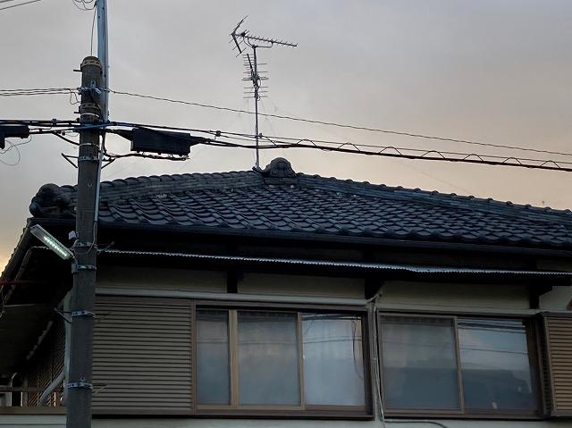 八尾市で雨漏れ点検天井のクロスがめくれ照明カバーに雨が溜まる
