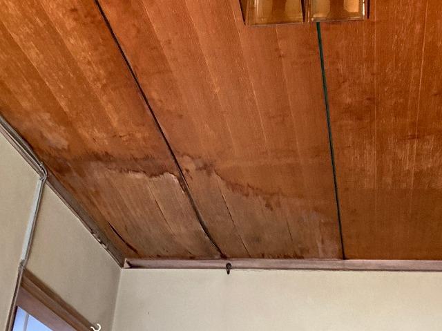 天井にシミ