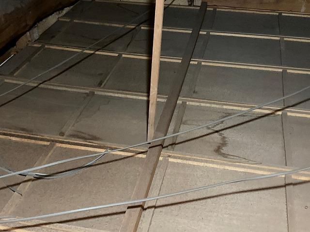 天井裏屋根材のシミ