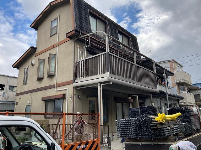 八尾市屋根塗装・外壁塗装工事。足場の上から施工前点検で安心