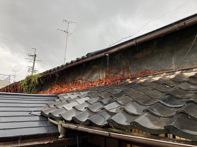八尾市で樋修理縁側のサッシに雨漏りしている