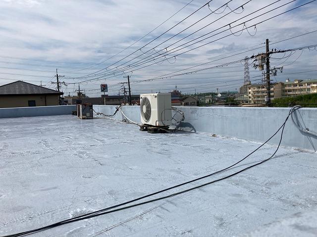 八尾市で雨漏り点検陸屋根の防水が劣化して裂けている