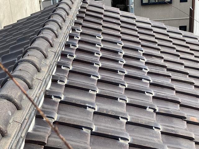 八尾市で2階和室の天井雨漏り瓦屋根と天井裏の点検