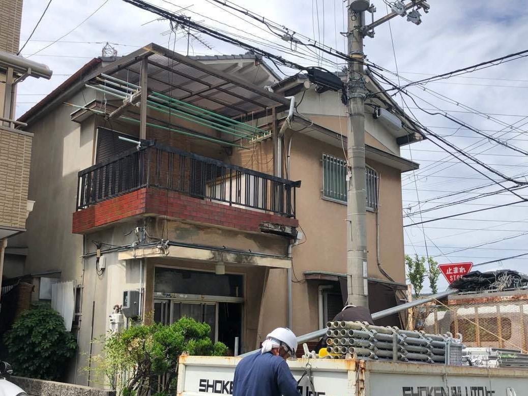 八尾市で外壁タイル落下現場の足場組立作業を行いました。