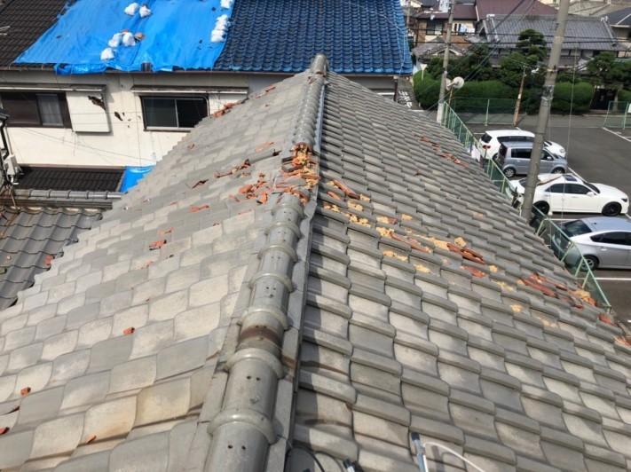 瓦が割れてしまった屋根全体の様子