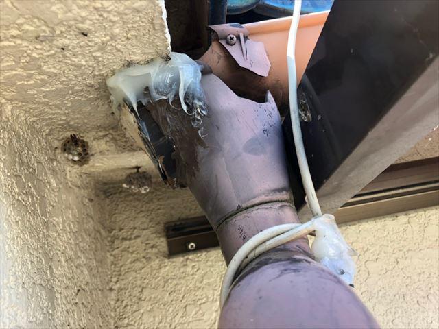 樋の補修あとが汚い
