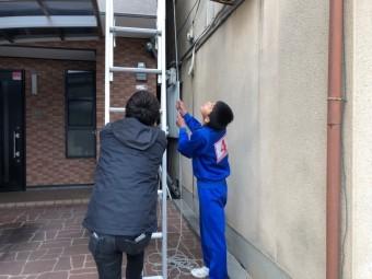 ご依頼いただいた平野区住宅で破風板の板金部分を調査している様子