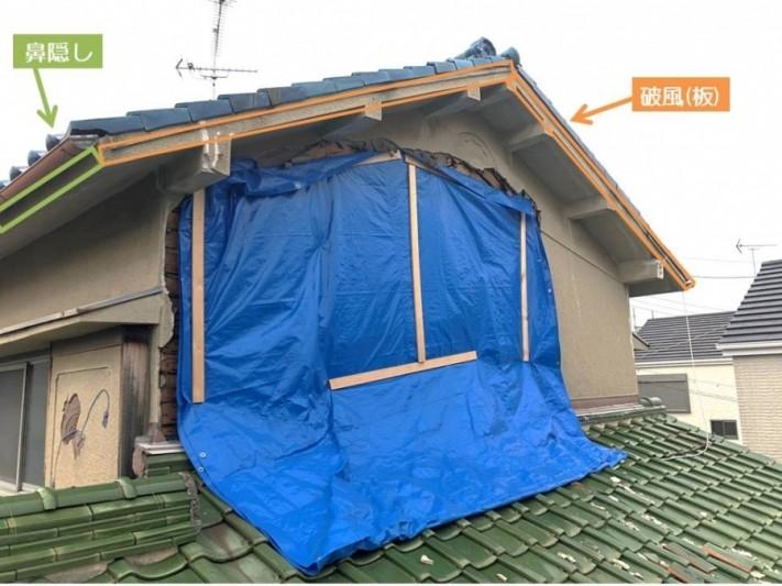 建物の部位名である破風(はふ)と鼻隠し(はなかくし)。開いた本を反対にしたような形をしている屋根の側面(小口)が鼻隠し、正面からみえる天やはなぎれが破風。