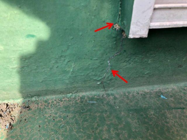 窓枠部分の壁の亀裂