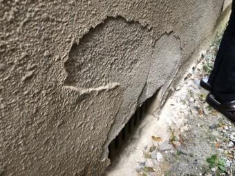 外壁が剥がれている