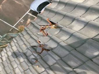 屋根瓦がずれている様子