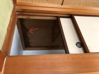 押入れ天井に雨漏れの跡