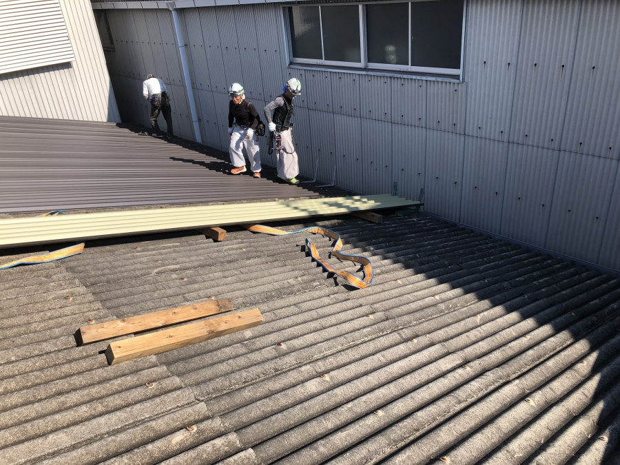 屋根材の施工中 スレート屋根