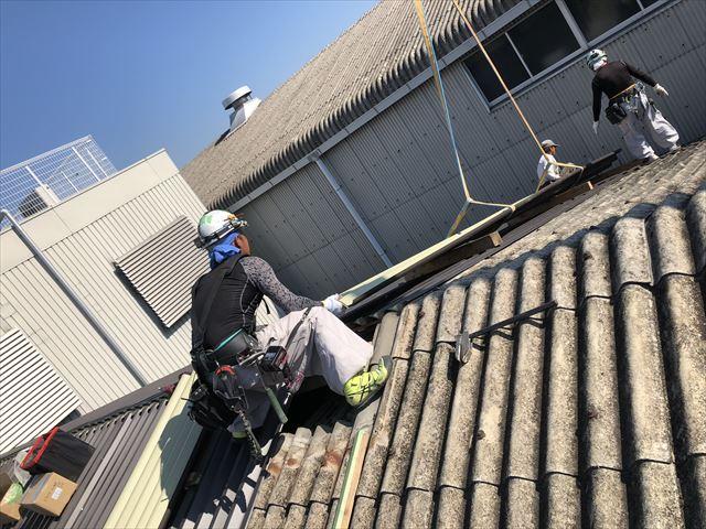 屋根材料をクレーンで吊り上げ