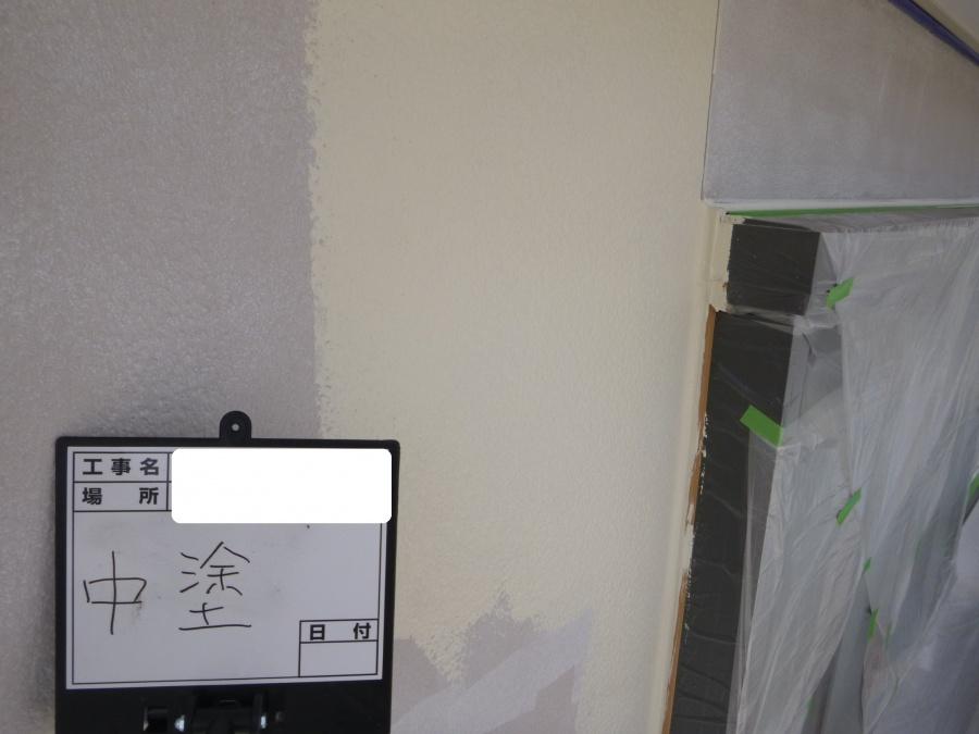 八尾市で外壁塗装、中塗り