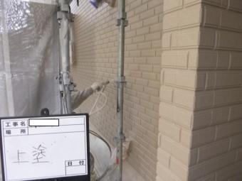 八尾市外壁塗装、上塗り吹付け
