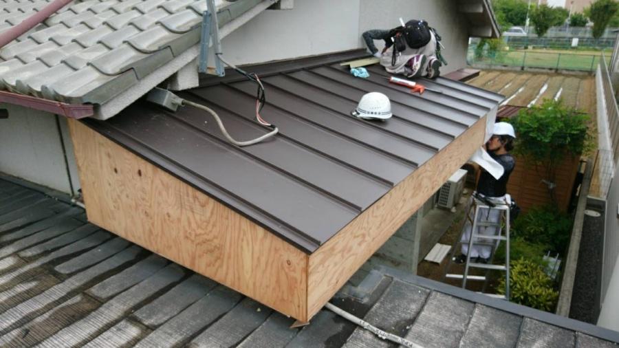 板金屋根をつけています