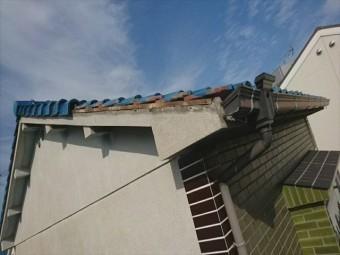 屋根瓦が落下しています